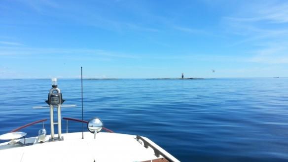 Kohta saavutaan Tiiskerille ja valmistaudutaan ankkuroitumaan ja soutamaan kumiveneellä maihin