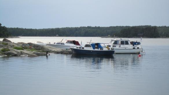 Veneitä länsipuolen kallioniemessä. Perän saa kiinni poijuun